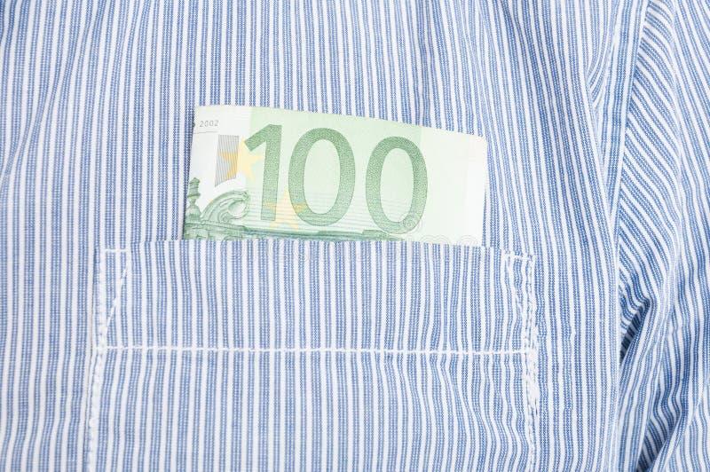 Primo piano di euro banconota in tasca anteriore fotografia stock libera da diritti