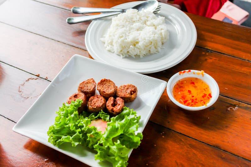 Primo piano di Fried Chicken Roll profondo con riso immagini stock libere da diritti
