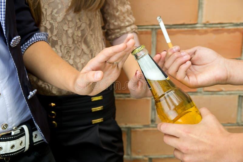 Primo piano di fumo e dell'alcool di arresto immagini stock libere da diritti