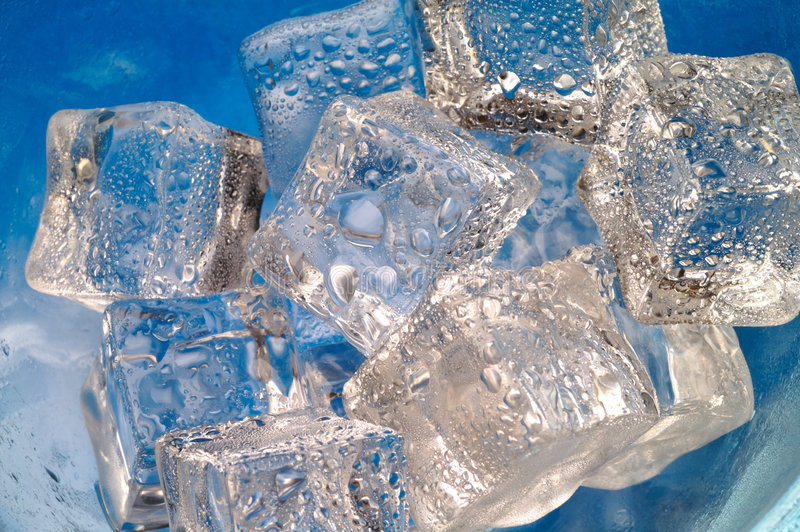 Primo piano di fusione dei cubi di ghiaccio sopra immagini stock