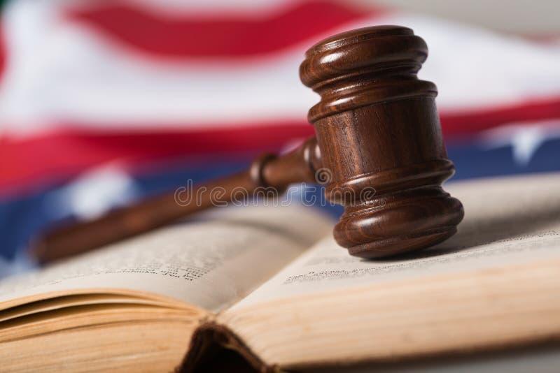 Primo piano di Gavel sul libro aperto e sulla bandiera americana immagine stock libera da diritti