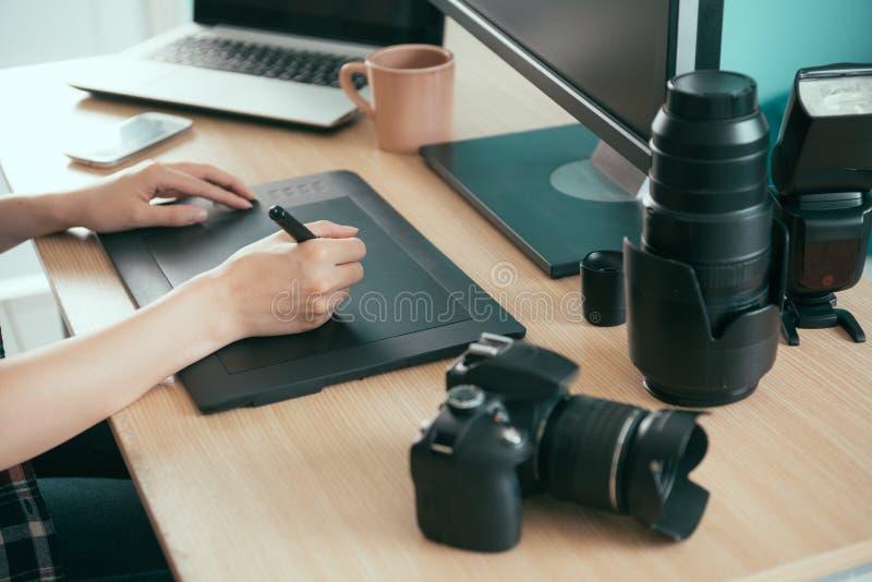 Primo piano di giovane progettista professionista della foto fotografia stock