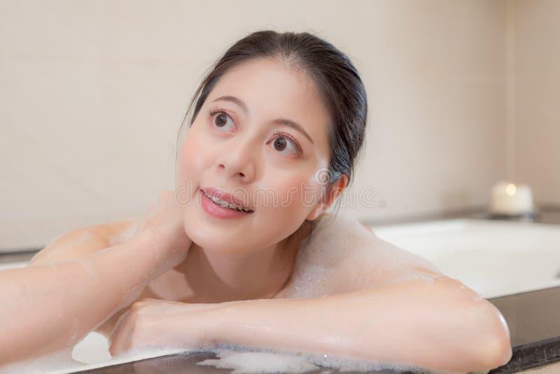 Primo piano di giovane ragazza dolce che fantastica in vasca immagini stock libere da diritti