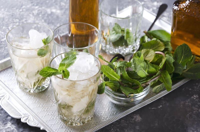 Primo piano di giulebbe Una bevanda alcolica con la menta fresca, il ghiaccio ed il bourbon è servito sul vassoio d'argento fotografia stock