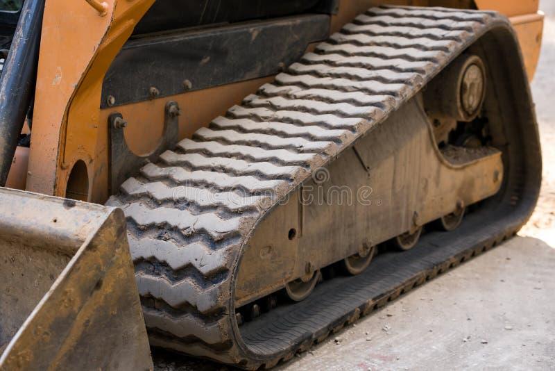 Primo piano di gomma del bulldozer del trattore a cingoli immagini stock libere da diritti