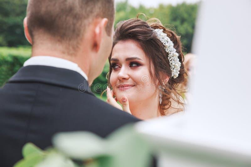 Primo piano di gridare sposa vicino all'arco di nozze immagini stock