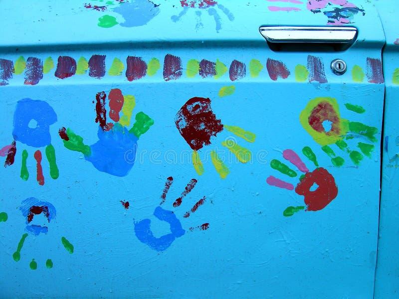 Primo piano di Handprints sul portello di automobile fotografie stock