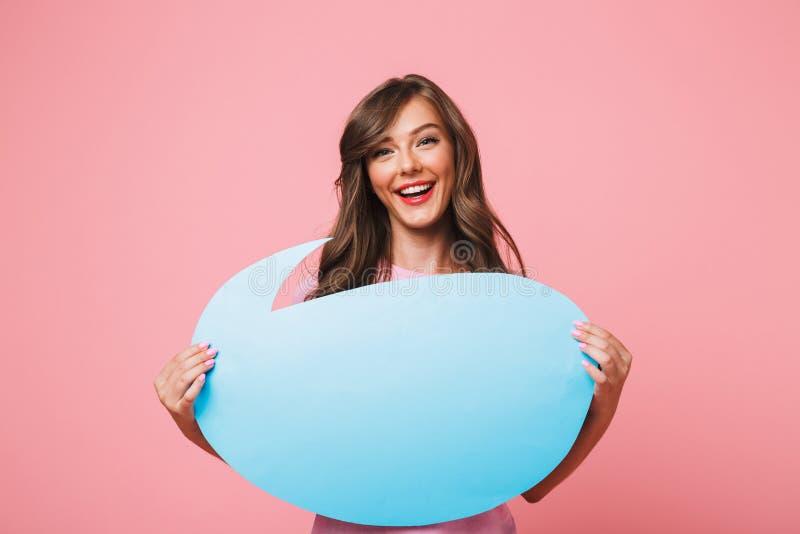 Primo piano di immagine della donna europea sorridente che tiene thoug blu in bianco fotografie stock libere da diritti