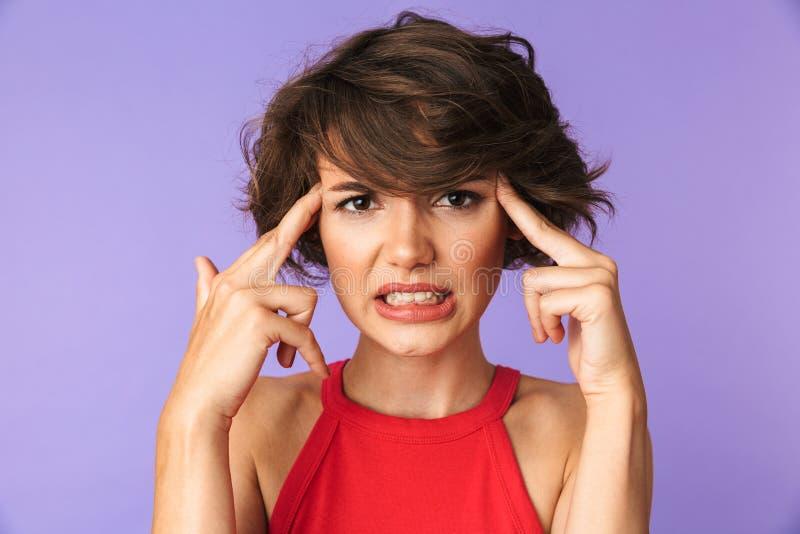 Primo piano di immagine della giovane donna 20s di ribaltamento nell'abbigliamento casual a aggrottante le sopracciglia immagini stock