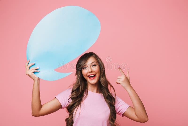 Primo piano di immagine della tenuta della ragazza 20s di pubblicità e del finge indicare fotografie stock