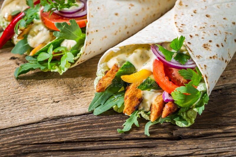 Primo piano di kebab saporito con le verdure ed il pollo immagine stock libera da diritti