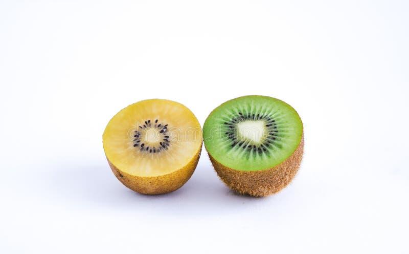 Primo piano di Kiwi Fruits On White Background fotografia stock libera da diritti