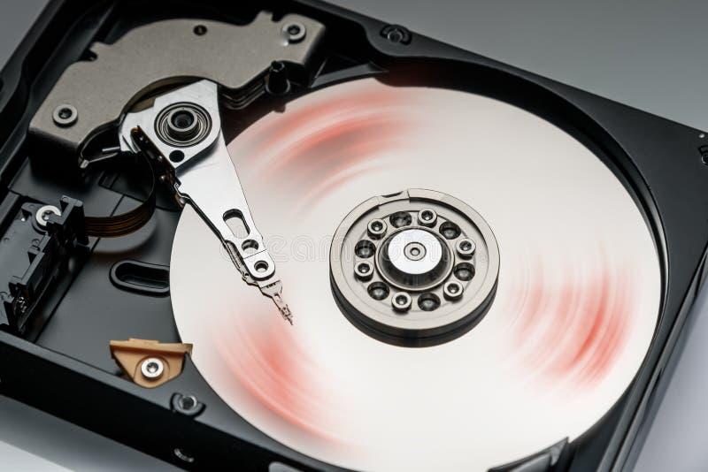 primo piano di lavoro del disco rigido del computer, dettagli fotografia stock