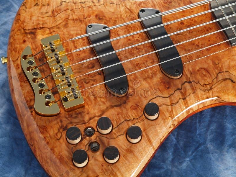 Primo piano di legno modellato curvo della chitarra bassa fotografia stock libera da diritti