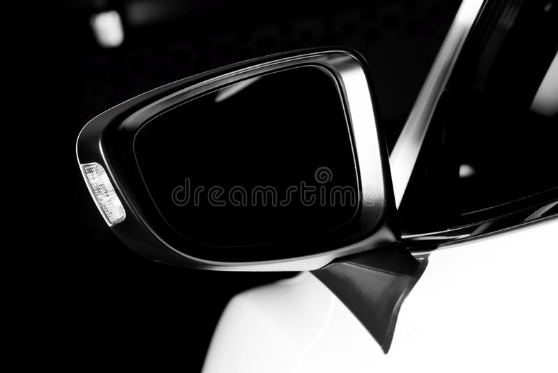 Primo piano di lusso moderno dello specchietto retrovisore esterno dell'automobile fotografie stock