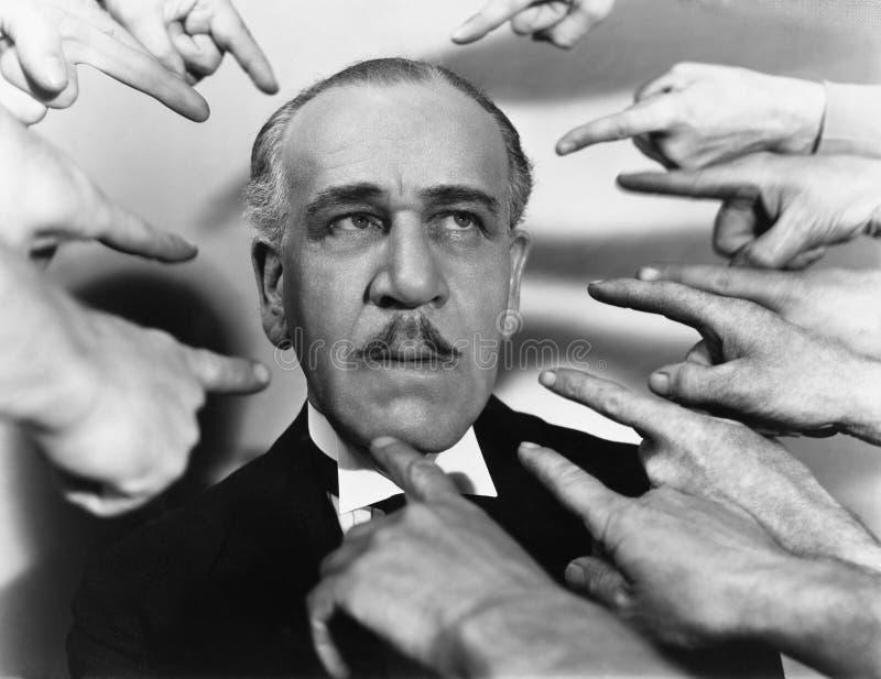 Primo piano di molte dita che indicano all'uomo (tutte le persone rappresentate non sono vivente più lungo e nessuna proprietà es fotografie stock libere da diritti