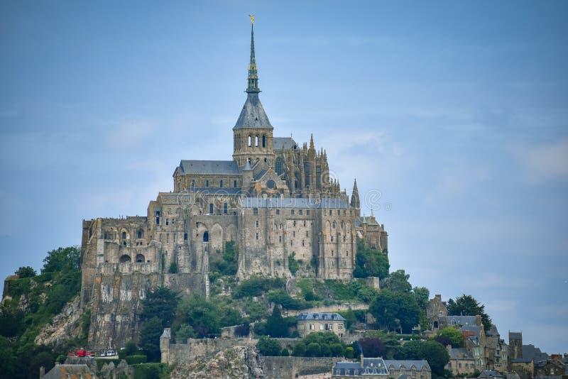 Primo piano di Mont Saint Michel, Francia, in un cielo nuvoloso blu immagine stock libera da diritti