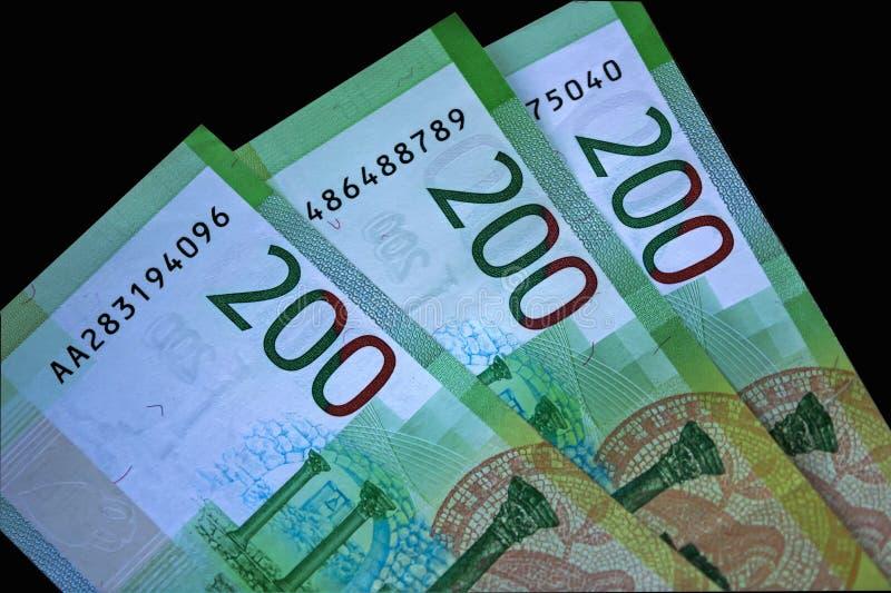 Primo piano di nuovi soldi russi, banconote degno duecento rubli immagine stock