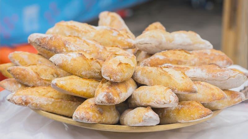 Primo piano di pane fresco, baguette organiche calde per i panini nel mercato, fuoco selettivo fotografie stock