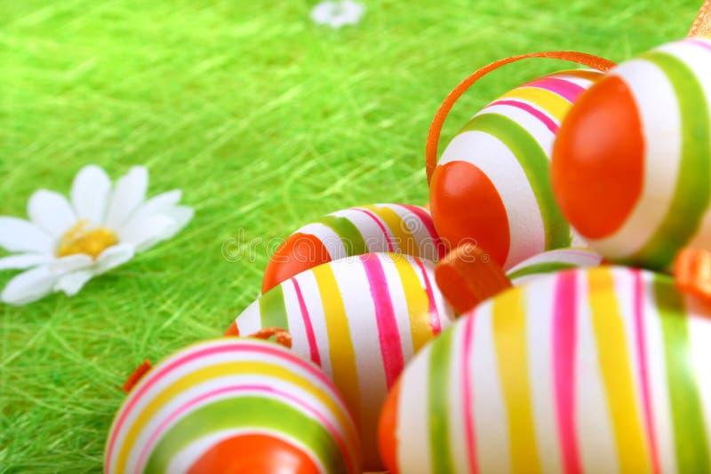 Primo piano di parecchie uova di Pasqua immagini stock