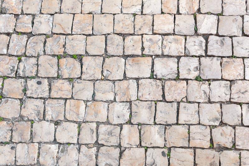 Primo piano di pavimentazione tipica portoghese, calcada immagini stock