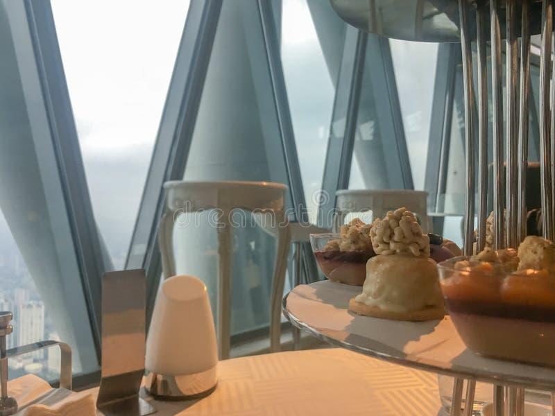 Primo piano di piccolo dolce di lusso nell'insieme di tè britannico di pomeriggio immagini stock