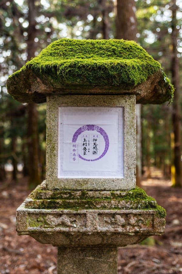 Primo piano di pietra della lanterna nel santuario di Kasuga Taisha a Nara, Giappone Luogo del patrimonio mondiale dell'Unesco immagini stock libere da diritti