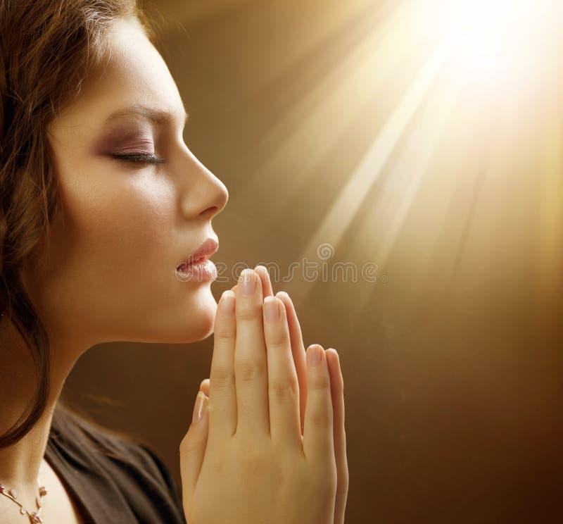 Primo piano di preghiera della giovane donna fotografie stock