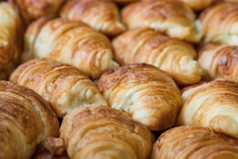 Primo piano di recente al forno dei croissant fotografia stock libera da diritti