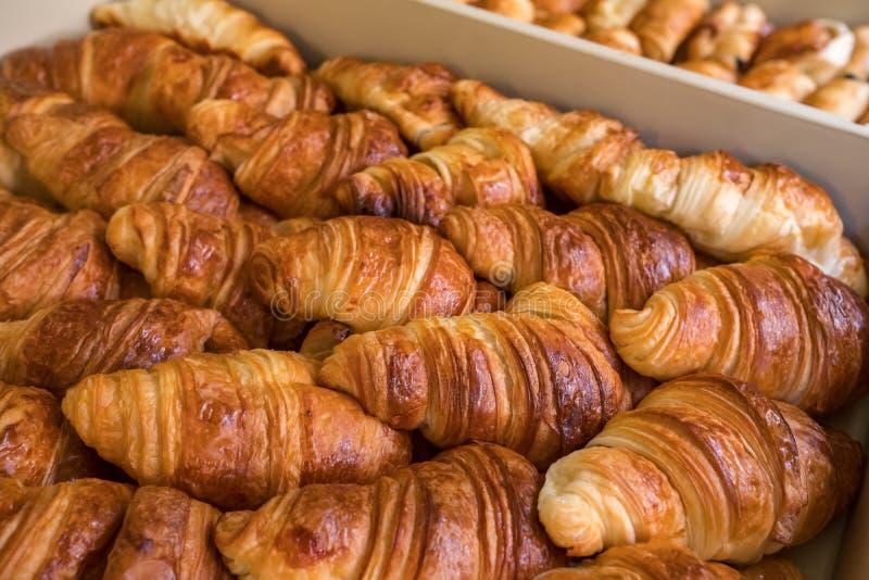 Primo piano di recente al forno dei croissant fotografia stock
