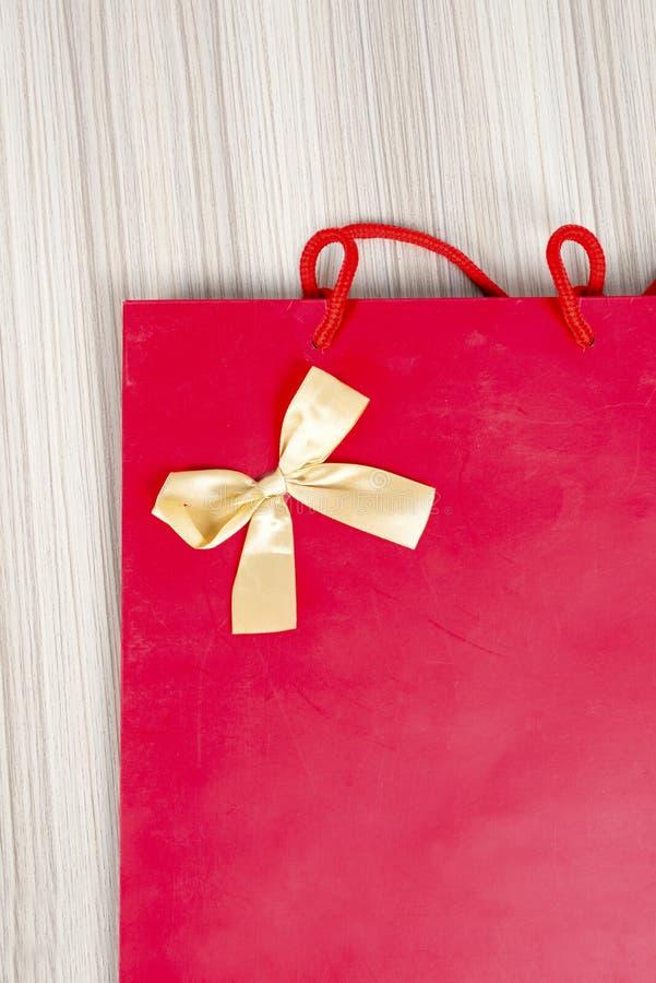 Primo piano di rosso e del contenitore di regalo del nastro dell'oro fotografie stock