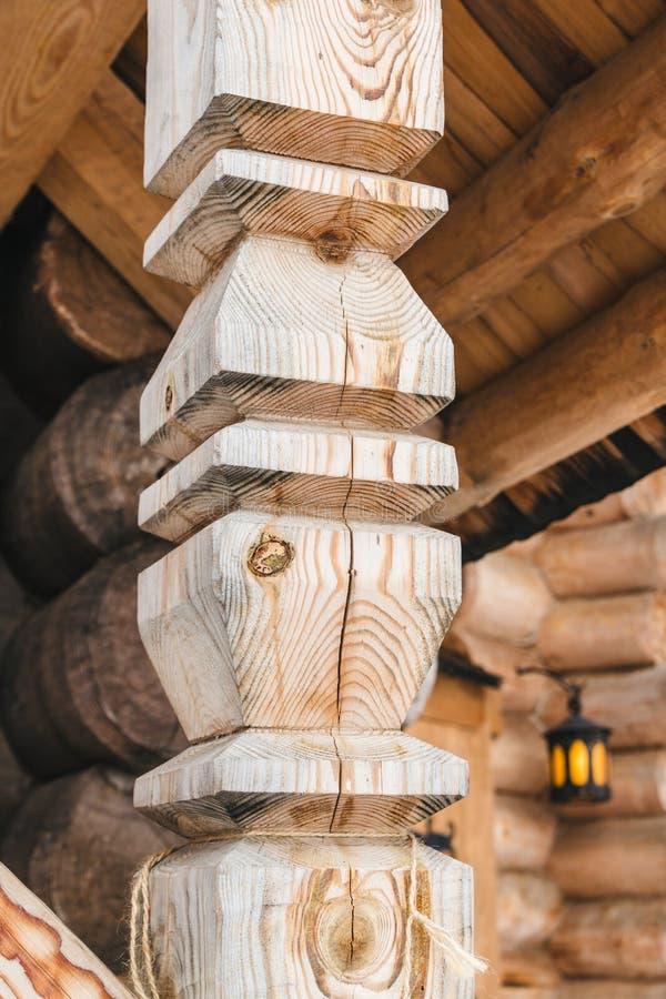 Primo piano di scultura di legno della colonna della colonna con la crepa immagine stock libera da diritti