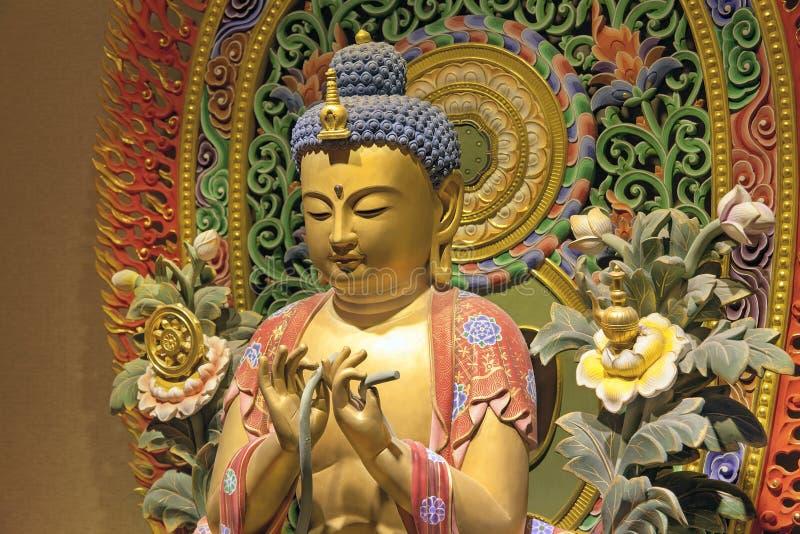 Primo piano di seduta di Buddha scolpito legno immagini stock
