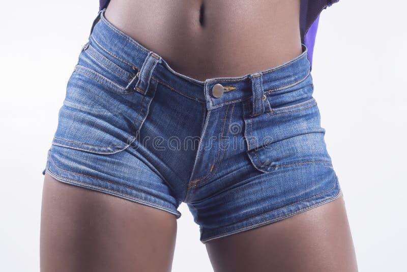 Primo piano di shorts dei jeans fotografia stock libera da diritti