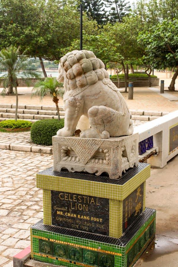 Primo piano di singola statua di pietra posteriore del leone in tempio della baia di rifiuto, fotografia stock libera da diritti