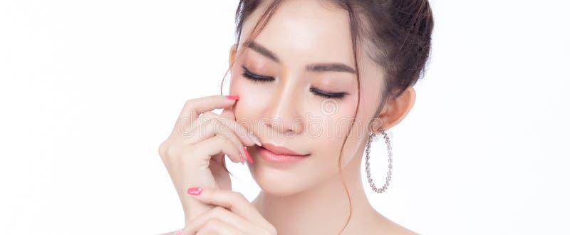 Primo piano di sorridere di seduta della donna asiatica attraente del fronte sul fondo bianco Concetto naturale del fronte di bel fotografia stock
