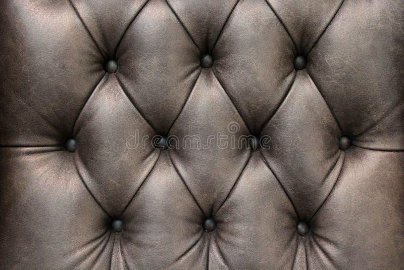 Primo piano di struttura di cuoio elegante con i bottoni Frammento di una sedia classica immagine stock