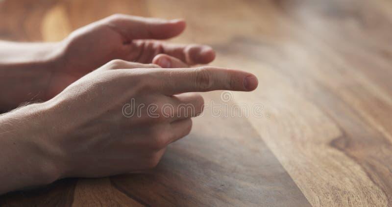 Primo piano di suggerimenti di gesti di mani del giovane alla riunione fotografia stock