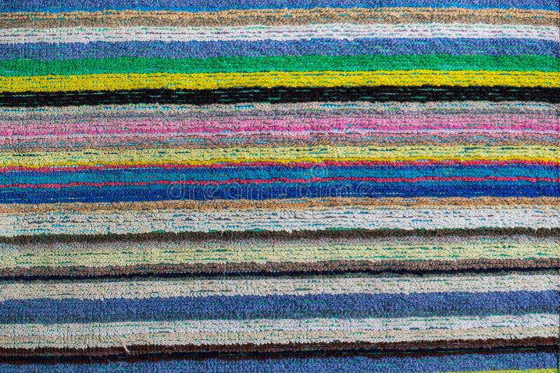 Primo piano di un asciugamano di spiaggia a strisce variopinto fotografie stock libere da diritti