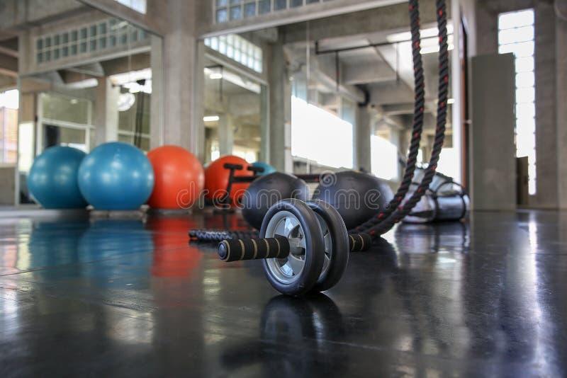 Primo piano di un'attrezzatura di forma fisica in palestra Ruota di esercizio selettivo immagini stock libere da diritti