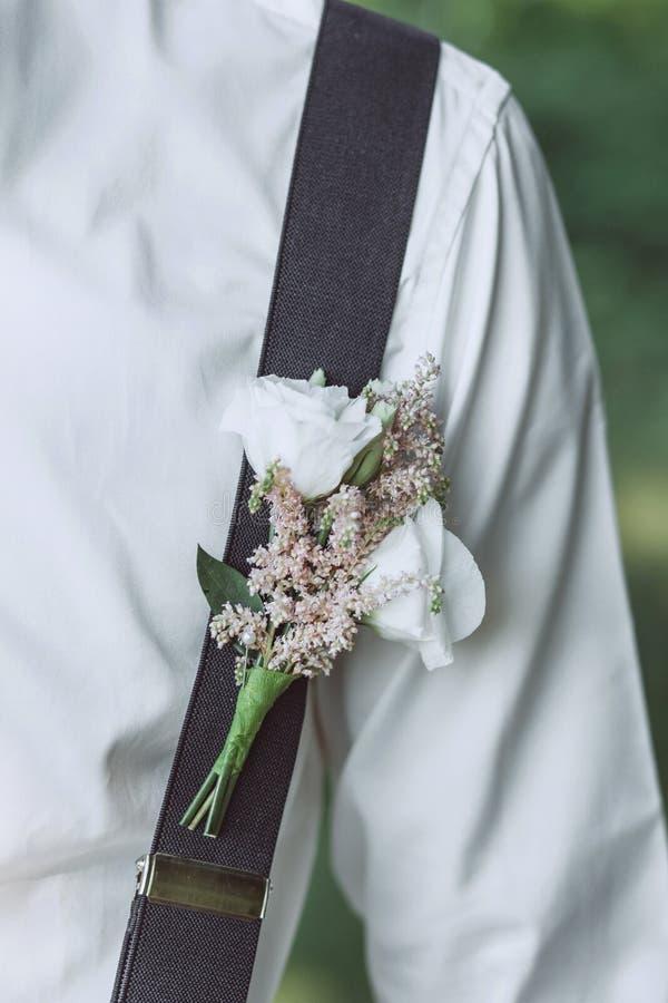 Primo piano di un boutonniere dei fiori fotografia stock libera da diritti