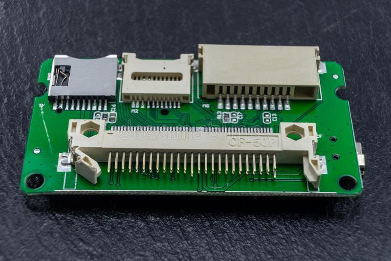 Primo piano di un componente elettronico, i funzionamenti interni di un lettore di schede per il computer fotografia stock