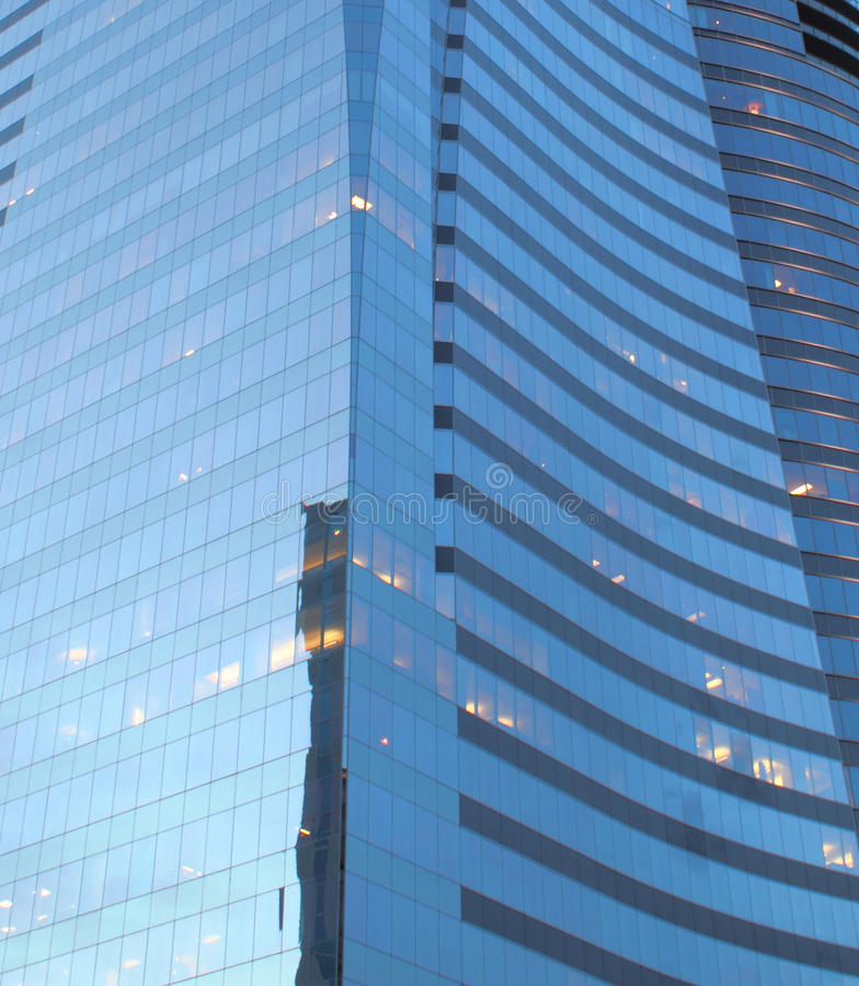 Primo piano di un edificio per uffici di vetro fotografia stock libera da diritti