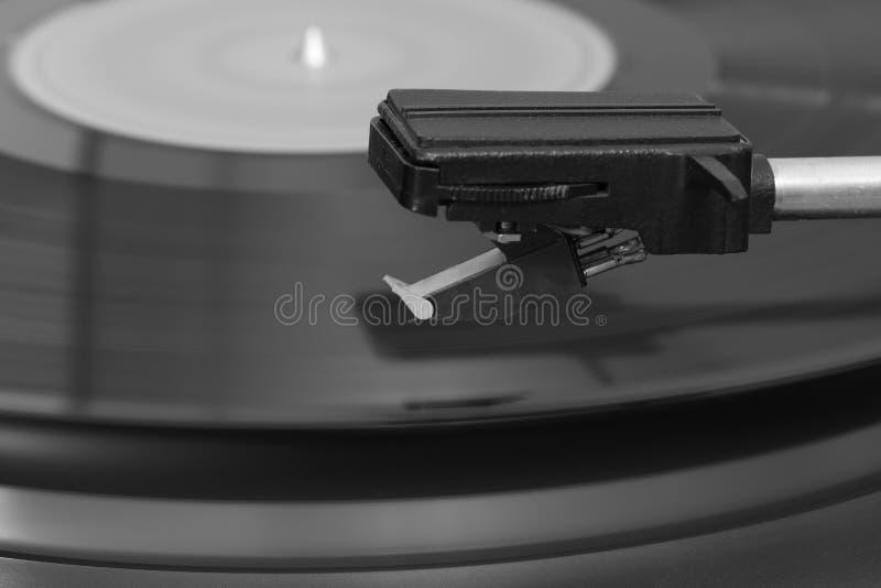 Primo piano di un giradischi stereo anziano del vinile Stilo sopra un'annotazione di vinile fotografia stock libera da diritti