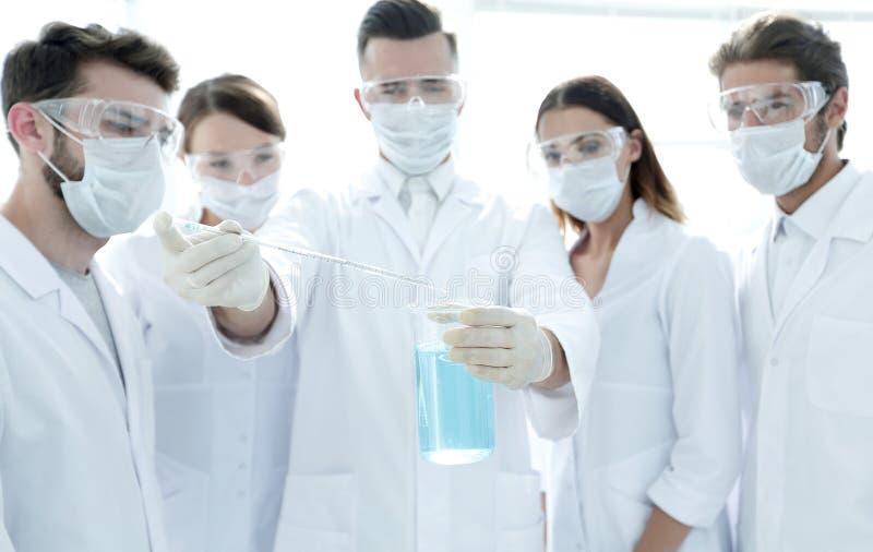 Primo piano di un gruppo di lavoratori medici che lavorano con i liquidi fotografia stock libera da diritti