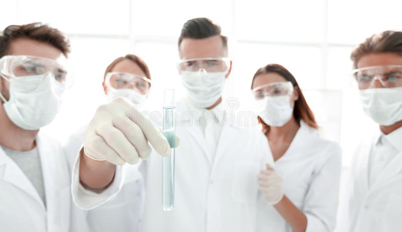 Primo piano di un gruppo di lavoratori medici che lavorano con i liquidi immagini stock