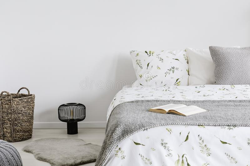 Primo piano di un letto con il cotone di eco e la lettiera della lana e cuscini in un interno luminoso della camera da letto Foto immagini stock libere da diritti