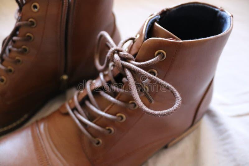 Primo piano di un paio degli stivali di cuoio marroni fotografie stock libere da diritti