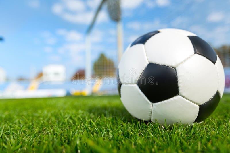 Primo piano di un pallone da calcio e di un palo fotografia stock libera da diritti