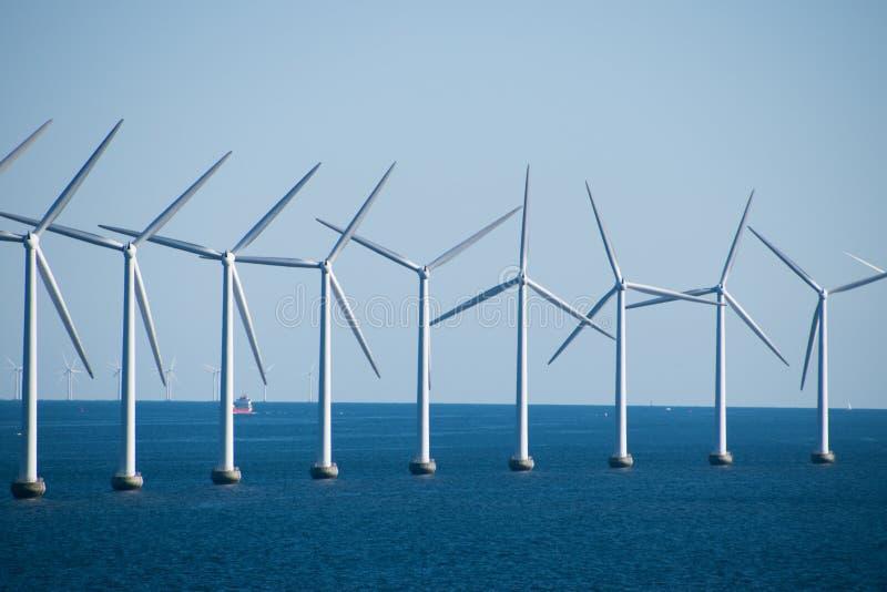 Primo piano di un parco eolico di generazione elettrico nel Mar Baltico b immagini stock